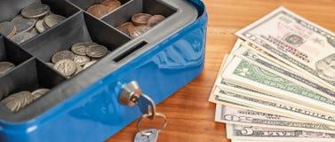 Gotówkowy pudełko z rachunkami i monetami obraz stock
