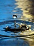 Gota amarilla azul de la columna de la ondulación de la gotita de agua Foto de archivo libre de regalías