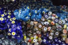 Gota colorida llevada contra el mal de ojo en el bazar turco para las creencias antiguas tradicionales imágenes de archivo libres de regalías