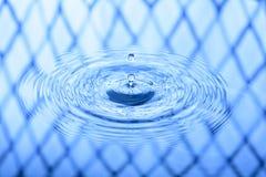 Gota da água azul e fundo do respingo Fotografia de Stock