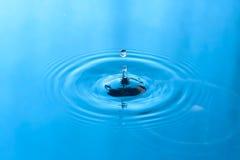Gota da água azul e fundo do respingo Fotos de Stock Royalty Free