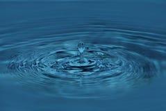 A gota da água cai em um vidro Fotos de Stock