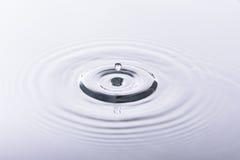 Gota da água e reflexão da água Imagens de Stock
