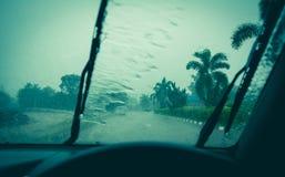 Gota da água no espelho de vidro Limpador em um para-brisa molhado Imagens de Stock