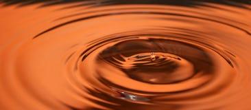 gota da água no tom alaranjado Foto de Stock