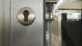 Gota da chuva na porta fotografia de stock
