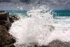 Gota da onda da tempestade do mar imagem de stock