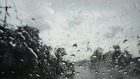 Gota de agua en el frente de cristal de mi coche almacen de video