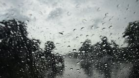 Gota de agua en el frente de cristal de mi coche metrajes
