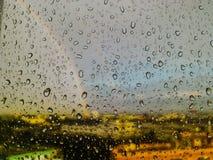Gota de agua en la pantalla del arco iris del espejo Imagen de archivo libre de regalías