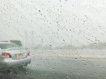 Gota de agua en la ventanilla del coche imagen de archivo libre de regalías