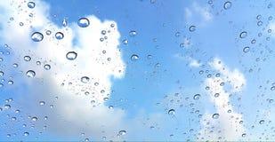 Gota de agua en ventana con el fondo del cielo azul Fotografía de archivo