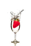 Gota de la fresa en un vidrio de fondo aislado agua Imagenes de archivo