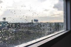 Gota de la lluvia/del agua de la lluvia sobre el vidrio con el fondo al aire libre Fotografía de archivo libre de regalías