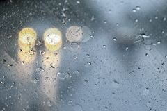 Gota de lluvia en el fondo del vidrio del coche imágenes de archivo libres de regalías