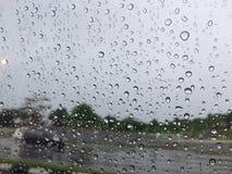 Gota de lluvia en el parabrisas Foto de archivo