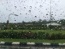 Gota de lluvia en el parabrisas Foto de archivo libre de regalías