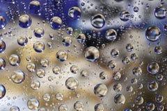 Gota de lluvia en fondo del color Foto de archivo libre de regalías