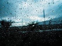 Gota de lluvia en fondo del vidrio de ventanilla del coche fotos de archivo libres de regalías