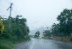 Gota de lluvia sobre el vidrio auto delantero fotos de archivo libres de regalías