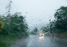 Gota de lluvia sobre el vidrio auto delantero fotografía de archivo
