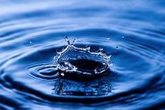 Gota del agua en azul Fotografía de archivo