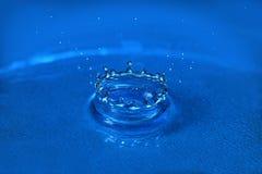Gota del agua que forma la corona Imagen de archivo libre de regalías