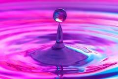 Gota descendente del agua Foto de archivo libre de regalías