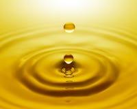 Gota dourada da água fotografia de stock