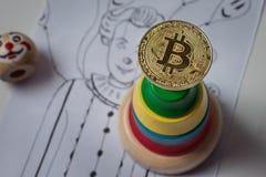A gota na taxa do bitcoin Bitcoin no pyrami do palhaço do fundo imagem de stock royalty free
