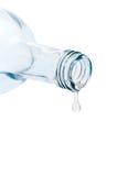 Gota pasada fuera de la botella de agua Fotografía de archivo