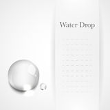 Gota transparente da água na luz - fundo cinzento Fotografia de Stock Royalty Free
