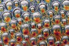 gotas abstratas do arco-íris da água no vidro Foto de Stock