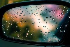 Gotas Ain no espelho da opinião lateral do carro foto de stock