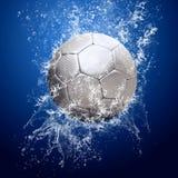 Gotas alrededor del balón de fútbol bajo el agua Fotografía de archivo