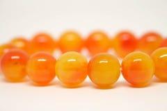 Gotas amarillo-naranja de la pulsera cerradas para arriba Fotos de archivo libres de regalías