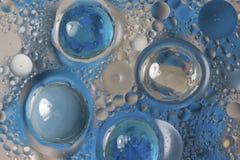 Gotas azules en agua aceitosa Fotos de archivo libres de regalías