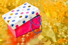 Gotas azules en una caja coloreada Decoración del Año Nuevo foto de archivo