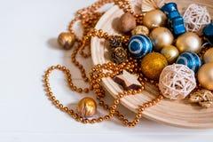 Gotas, bolas del oro Composición del Año Nuevo conos del pino y decoraciones del árbol de navidad en el fondo blanco Copie el esp Imágenes de archivo libres de regalías