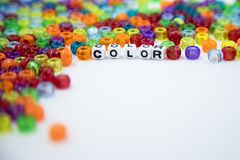 Gotas coloridas aisladas en el fondo blanco imagen de archivo libre de regalías