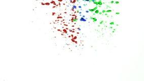 Gotas coloridos do óleo na água que derrama abaixo do apoio então de aumentação ao movimento lento superior vídeos de arquivo