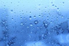 Gotas congeladas del agua sobre el vidrio Fotos de archivo libres de regalías