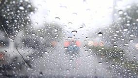 Gotas da água da chuva no para-brisa do carro video estoque