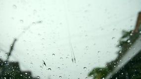 Gotas da água da chuva no para-brisa do carro vídeos de arquivo