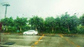 Gotas da água de chuva no vidro de janela Foto de Stock