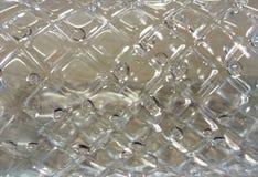Gotas da água em umas garrafas plásticas claras fotografia de stock