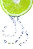 Gotas da água fresca no cal Fotos de Stock
