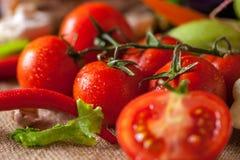 Gotas da água na foto bonita dos tomates vermelhos foto de stock royalty free