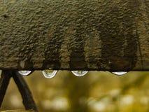 Gotas da água na porta Vista nostálgica imagem de stock royalty free