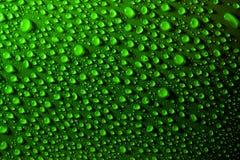 Gotas da água na superfície verde foto de stock